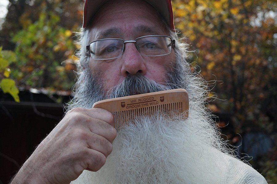 Baard recht maken met baardkam