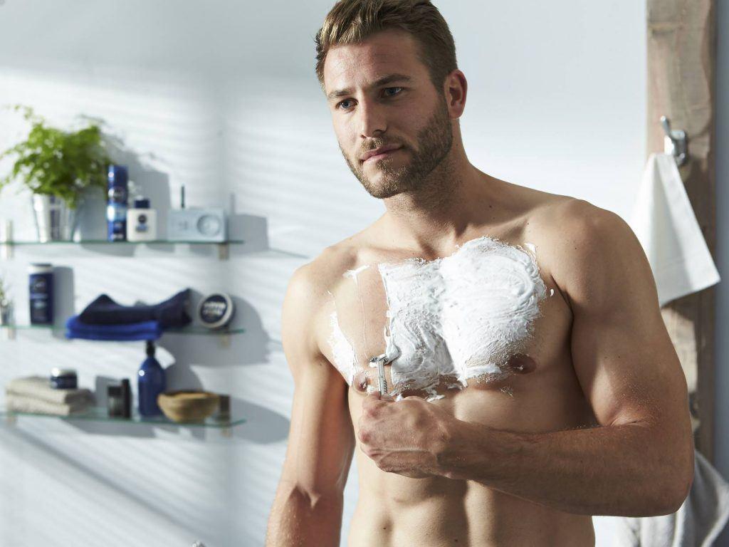man borst scheren lichaam ontharen